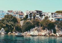 Pohľad z mora na skalu, na korej su postavené tesne pri sebe domy