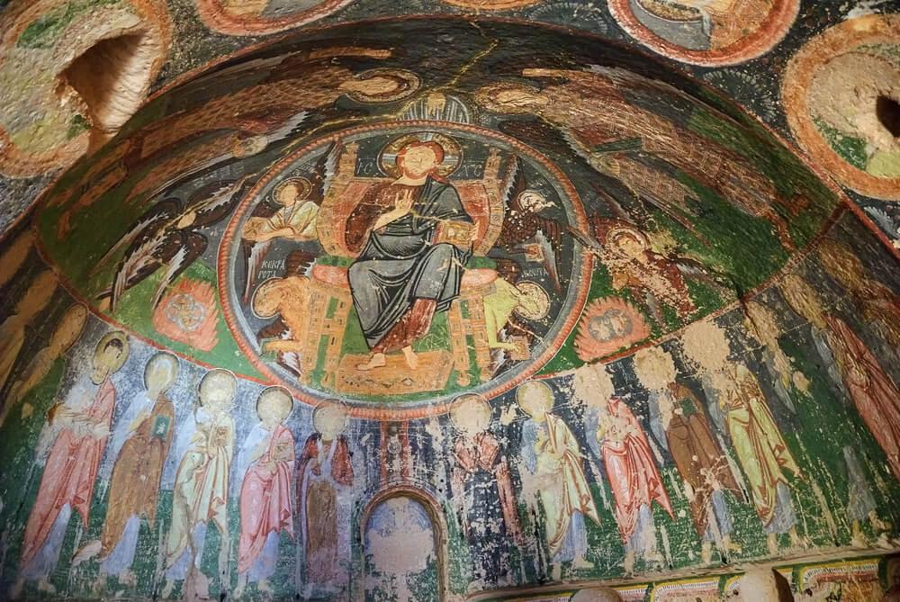 farebná freska na strope jaskynného kostola