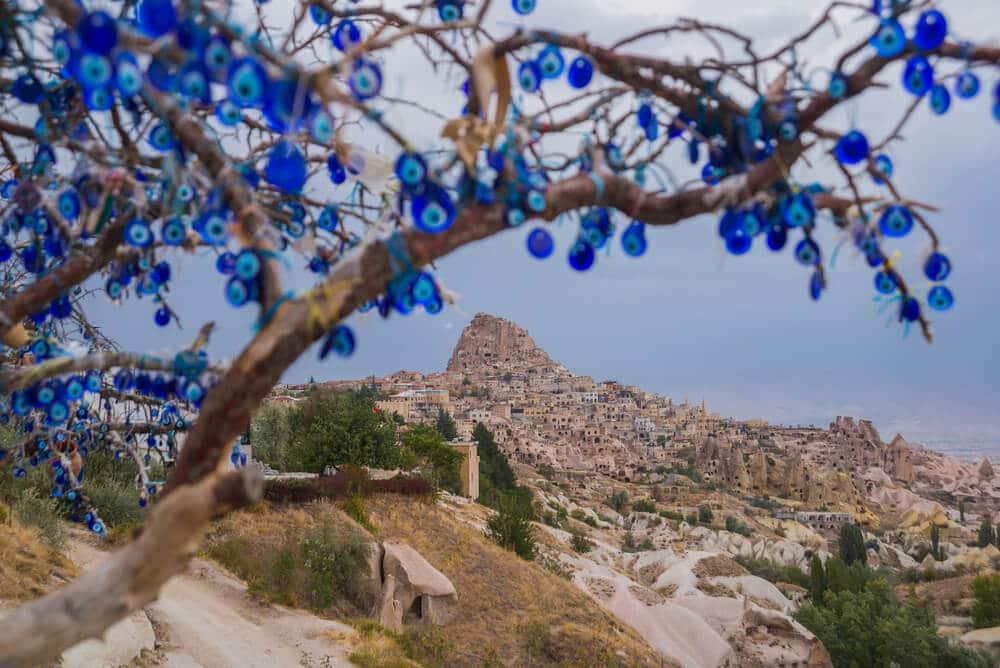 Strom obvešaný nazarmi a phľad na historické miesto Cappadocia