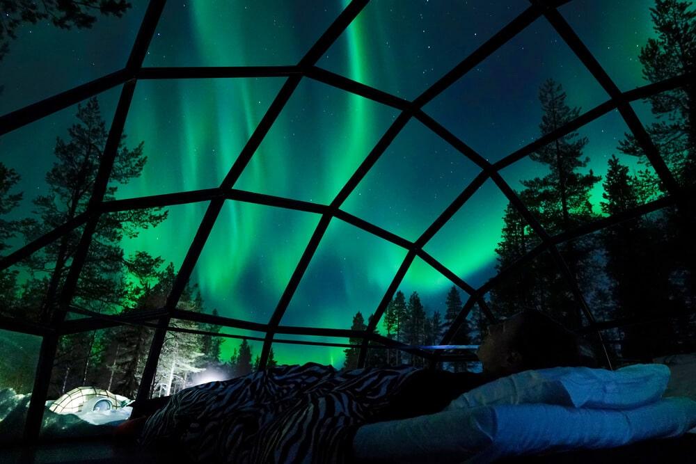 Ubytovanie v presklennom iglu domčeku, kde z postele vidno polárnu žiaru