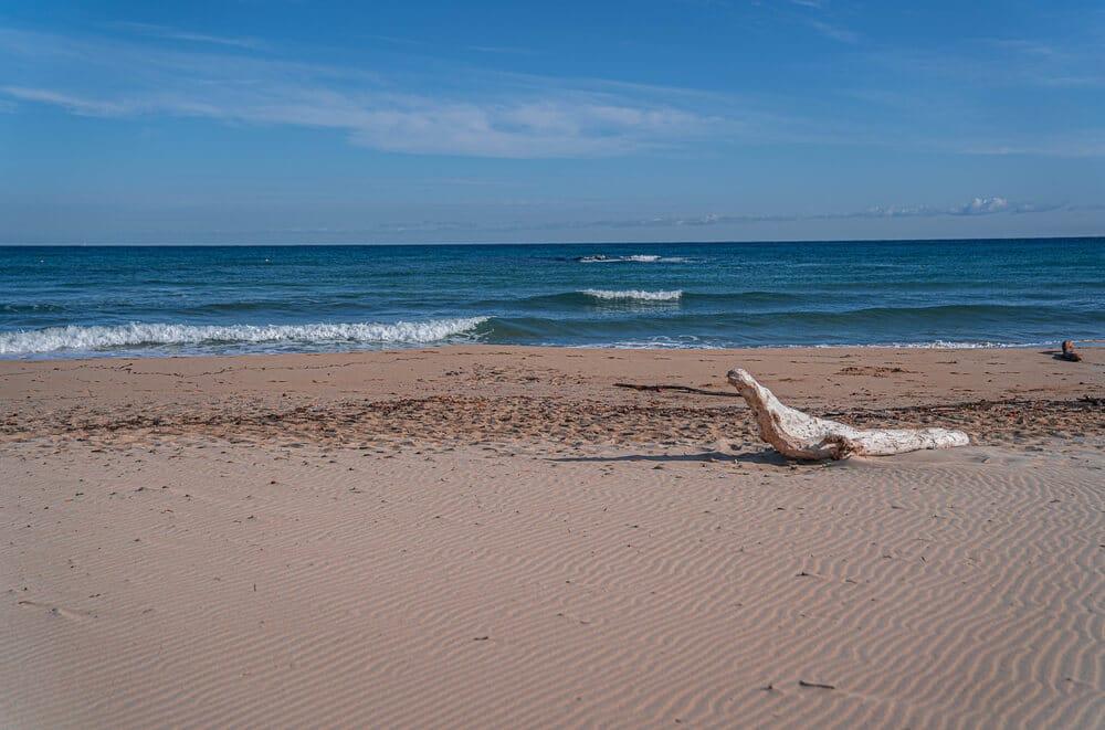Piesočnatá pláž s nebúrlivým morom