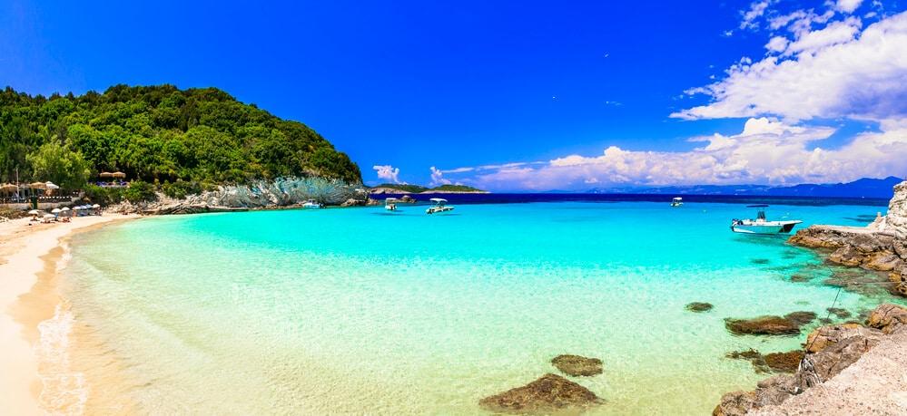 Nádherná pláž s jasnomodrým morom, ktoré sa neskôr vyfarbuje do tmavej farby. Pláž má žltkasto biely piesok