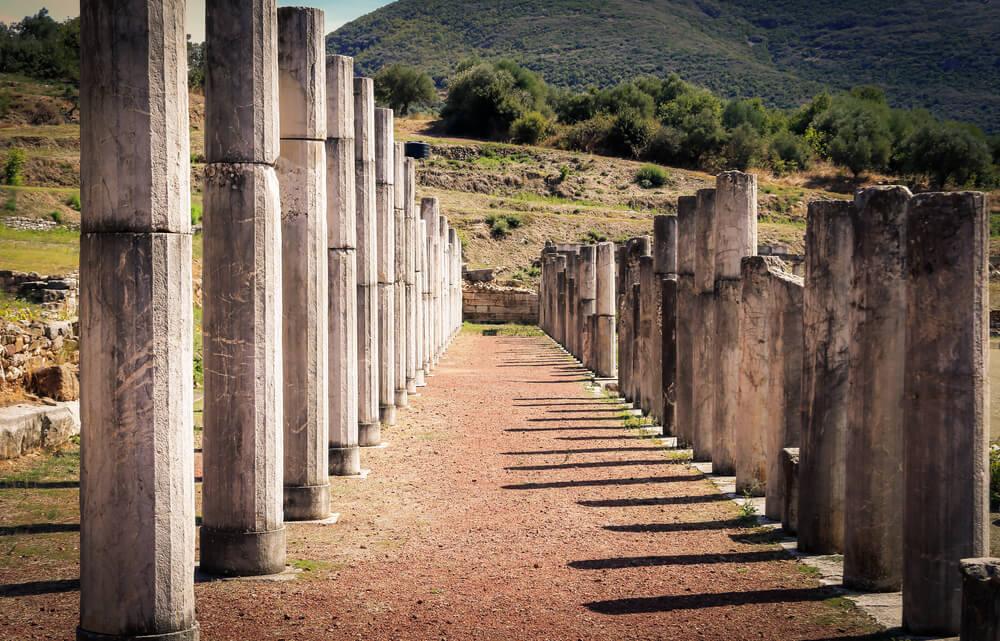 Stĺpy ako zvyšky niekdajšej starej gréckej stavby
