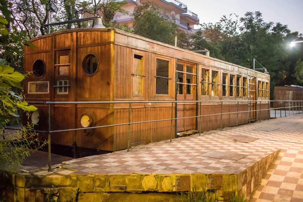 Starý drevený železničný vagón vystavený v exteriérovom múzeu