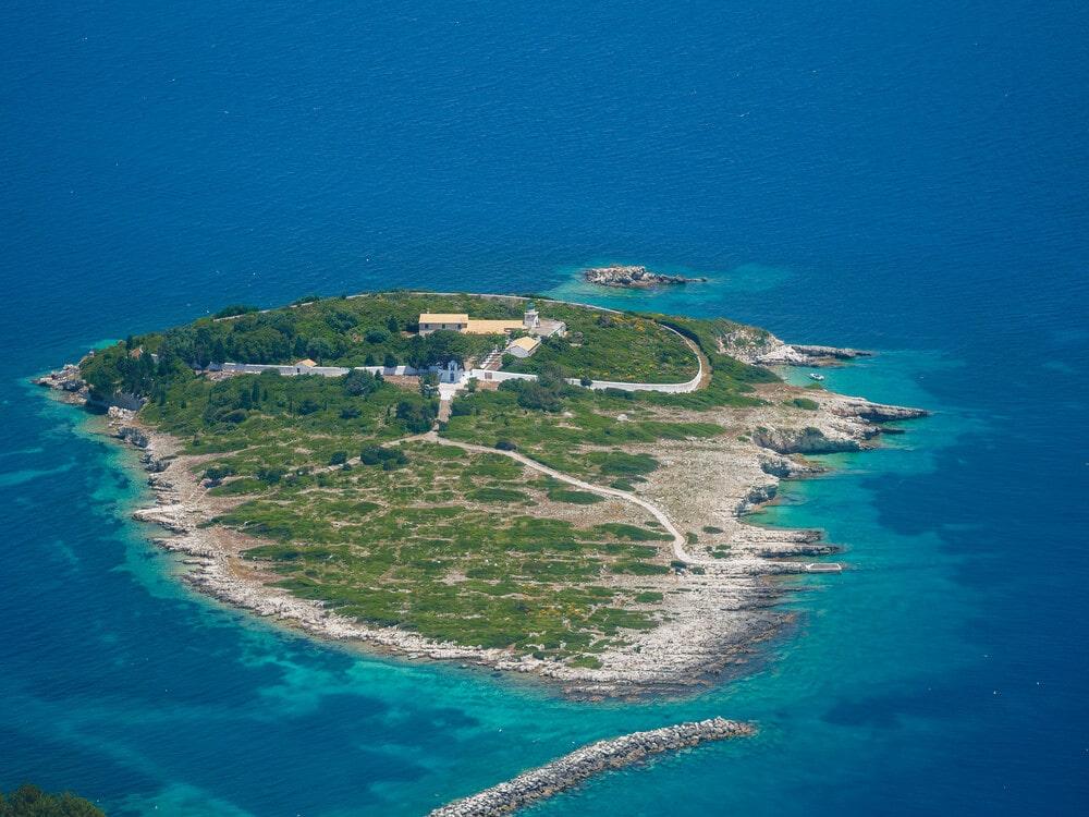 Letecký pohľad na malý ostrovček v mori s pevnosťou