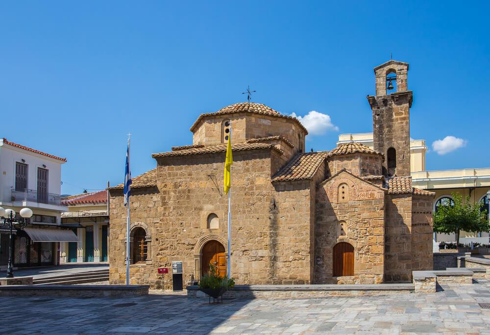 Starý kamenný kostolík v byzantskom štýle v centre námestie
