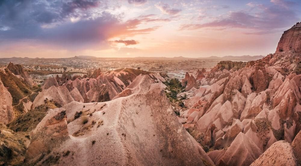 Pohľad na skaly v slaboružovom odtieni pri západe slnka