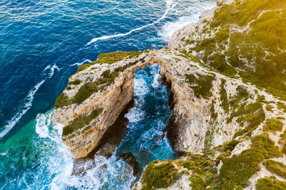 Výškový pohľad na zvyšok morskej jaskyne v oblúkovom tvare